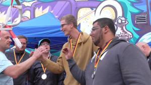 Jens Riedel, l., beglückwünscht Heiko, Paul und Fethi zu Platz 2