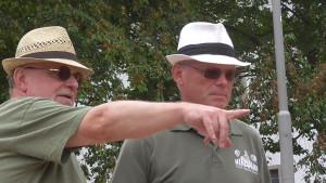 Da muss die Kugel hin: Hubert Wege und Dieter Neubert bei der Taktikbesprechung