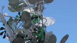 """Nur ein skurriles Pflänzchen in der Boulelandschaft? Detailansicht des """"Baumes der Stärke"""""""