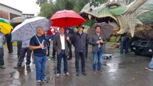 Selbst Hight-Tech-Drache Tradinno (im Hintergrund rechts) ist im Regen das Feuer ausgegangen!